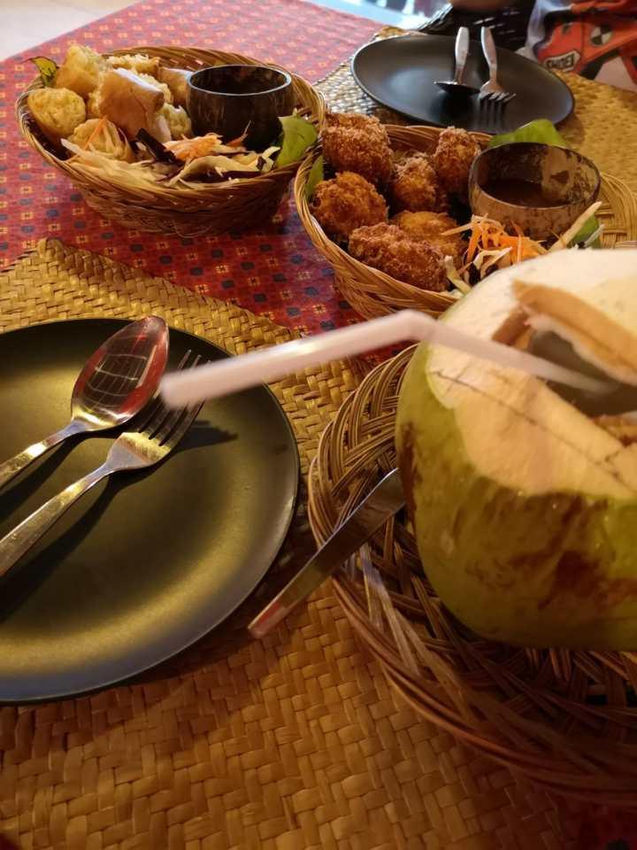 Nu Samui, varsinkin hyvä thairavintola Lamain päätien varrella.