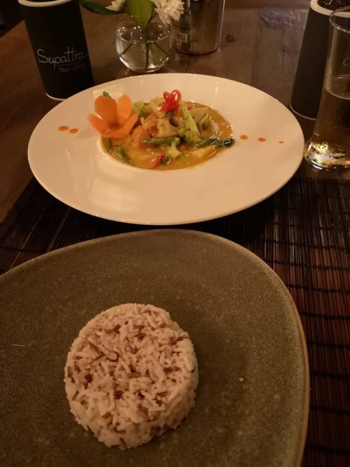 Ensimmäisen viikon aikana söimme mm. laadukkaassa Supattra-ravintolassa. Mutta tietysti monessa muussakin.