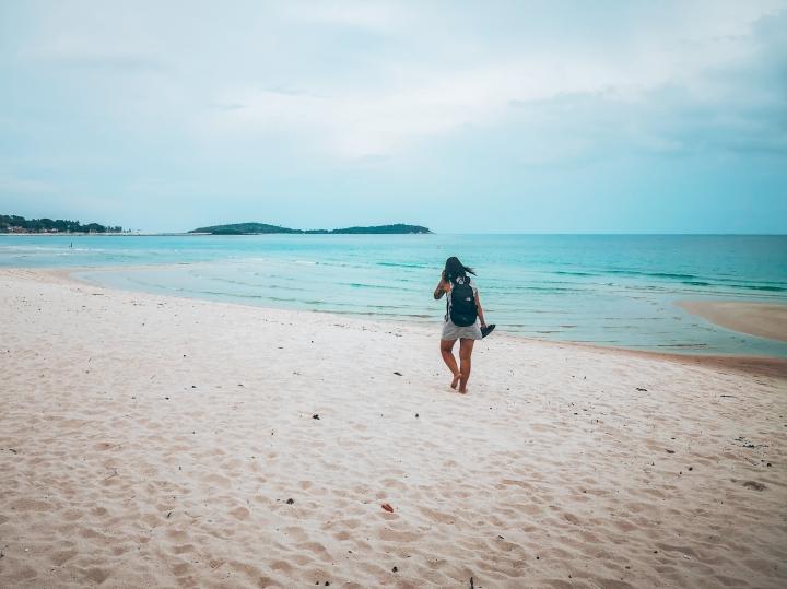 Chaweng Beachin rannalla on mukava talsia paljain jaloin, sillä hiekka tuntuu varpaissa höpöltä.