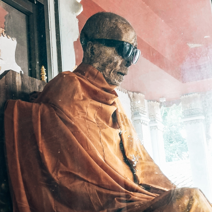 My Day-postaus vei meidät tapaamaan tätä herraa. Kyseessä Wat Khunaramin temppelissä meditoidessaan kuollut Luang Pho Daeng.