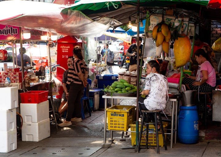 Hedelmämyyjiä Bangkokissa.
