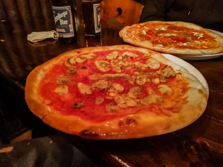 Pizzeria Mafiosin pizzat ovat valtavat, mutta halvat.