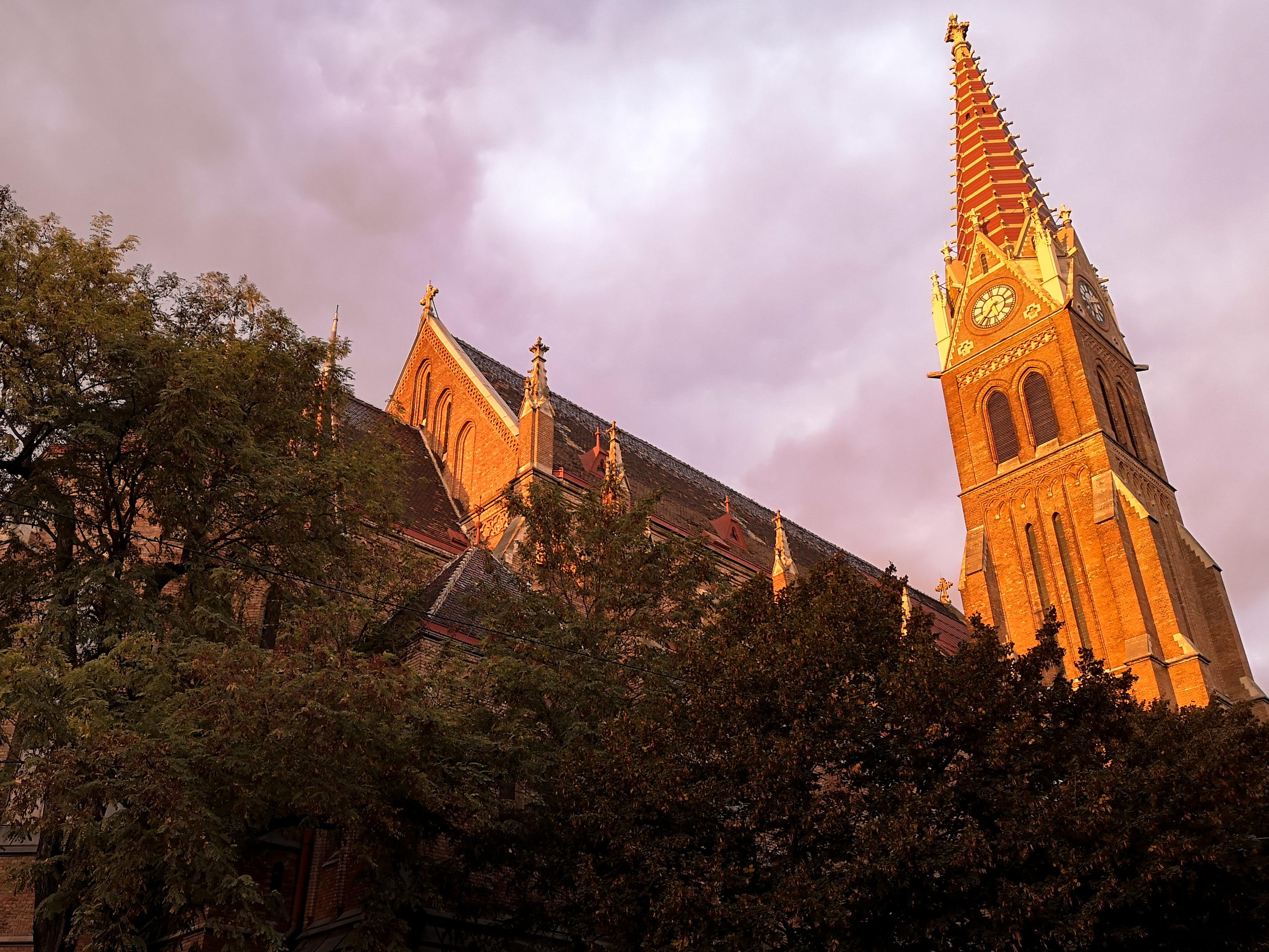 Wienissä auringonlaskut maalaavat kaupungin oranssiksi. Tosin kuvaa on käsitelty LOOVin Autumn-presetein.