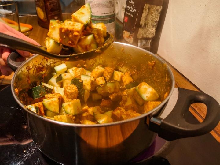 Rustkista ensin tofuja kattilassa muutaman minuutin ajan ja lisää sekaan sitten kesäkurpitsa.