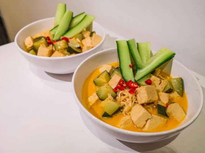 Vegaaninen kookos-tofulaksa on helppo ja nopea ruoka valmistaa ja maistuu varmasti jokaiselle.