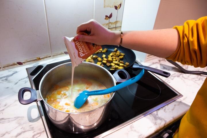Lisää lopuksi vielä kaurakerma. Me käytimme Planti Cooking Originalia.