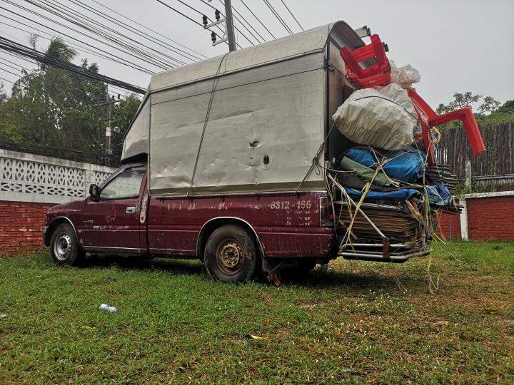 Esimerkki kuinka Thaimaassa pakataan autot. Ja tämä on vielä kevyt versio.