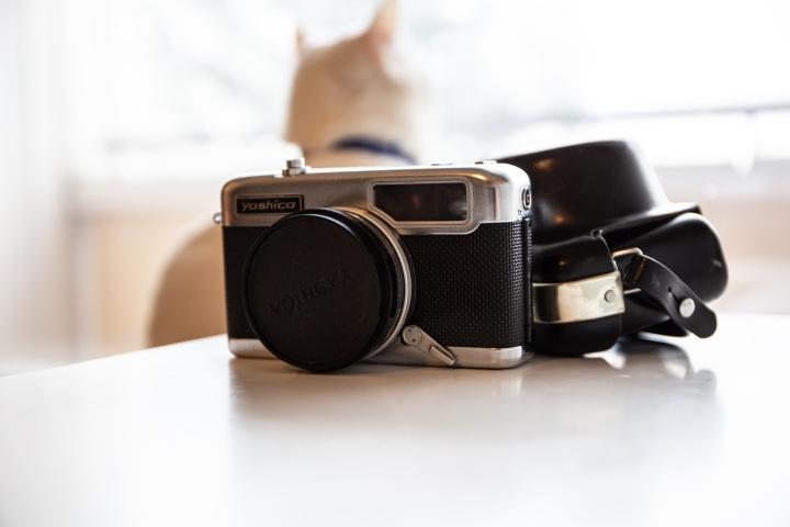 Vanha japanilainen filmikamera. Kotiin päästyämme selvisi, että tämä tietysti käyttää juuri sitä filmiä, jota ei enää valmisteta. Käyttö vaatii hieman kikkailua. Hinta 20 euroa.