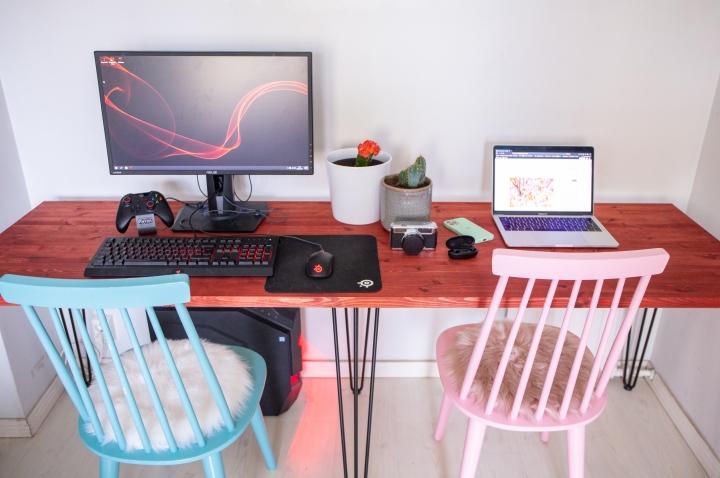 Pinnijalkapöytä on valmis ja työpisteetkin kasattu! Osaatko veikata kumpi on kumman? PS: Kivat kissankarvat hiirimatossa..