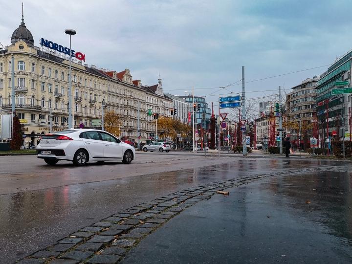 Tästä kääntymällä vasemmalle pääsisi suoraan Prahaan.