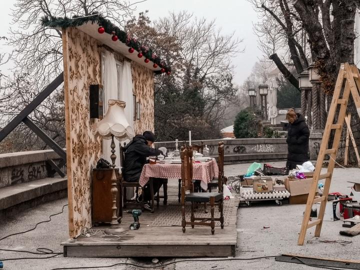 Zagrebin joulumarkkinat ovat tuoneet esille erilaisia jouluaiheisia esittelyjä ja näyttelyitä. Tässä esimerkki joulupöydästä, jota ollaan juuri pystyttämässä.