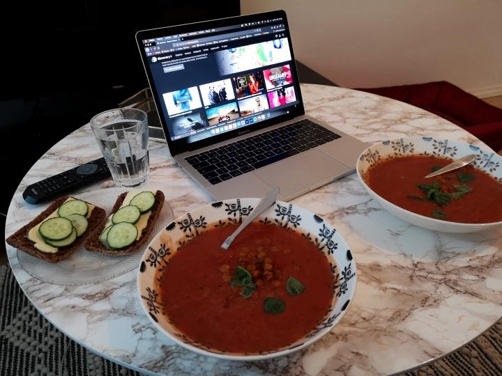 TV on kuollut, joten tilattiin käyttöön Discovery+. Nyt on viihdettä! Ruokana tomaattikeittoa ja paahdettuja kikherneitä.