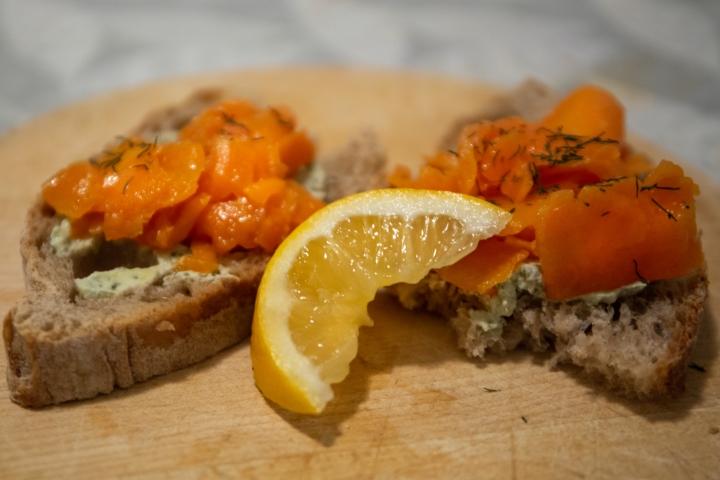 Vegaaninen kylmäsavulohi, eli porkkala, sopii erinomaisesti leivän päälle.