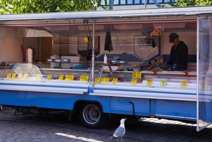 Hakaniemen torilla oleva kalakauppias sai päivän ensimmäisen asiakkaansa!
