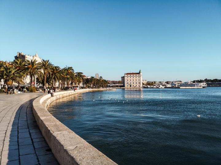 Splitin länsirannalta on mukava ihailla kirkasta merivettä!