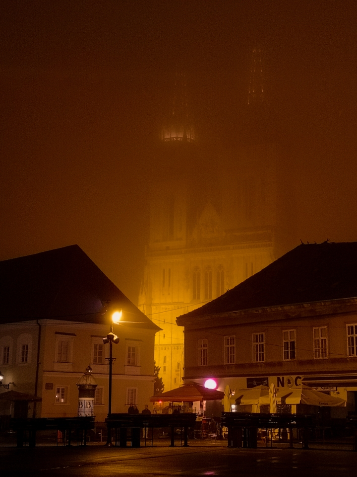 Zagrebin kuuluisin muistomerkki katedraalia ei paljoa usvan seasta näy.