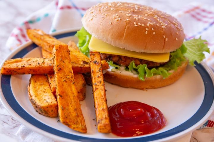Bataattiranskalaiset sopivat erinomaisesti vegaanisen hampurilaisen kaveriksi.