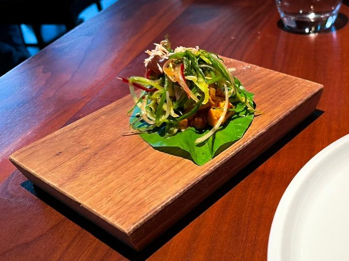 Cha Plu-lehti tempehillä ja erilaisilla rehuilla höystettynä. Paras annos koko Farangin vegaanisessa maistelumenussa, jälkkärin lisäksi siis.