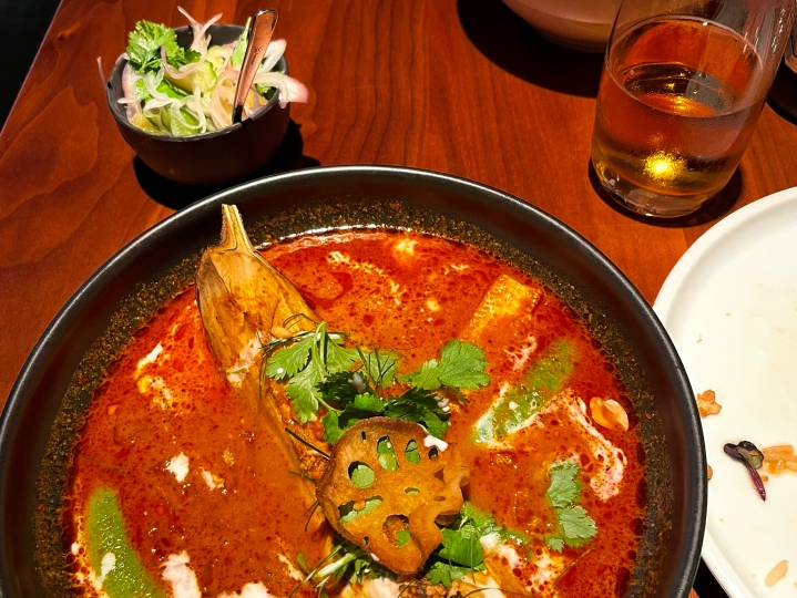 Panang-curry, jossa grillattu thaimunakoiso. Annos maistui hyvältä, mutta oli vähän vaarallista käsitellä.