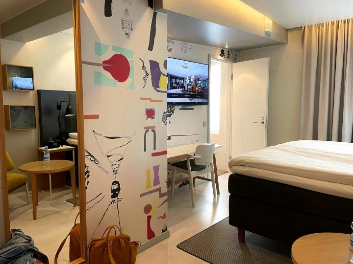 Hotel Indigon huone sisälsi kaiken sen mitä tarvitseekin. Kylpyhuone oli sijoitettu hassusti huoneen perälle, normaalin eteisen sijaan. Kylpyammetta ei ollut, mutta aivan sama sillä sadesuihku pelastaa kaiken!